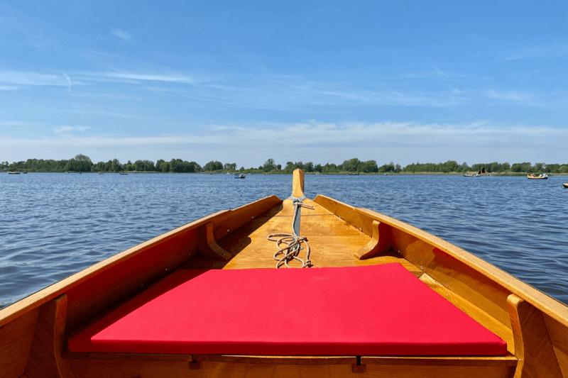 Wat te doen in Giethoorn: zelf door Giethoorn varen met een huurboot